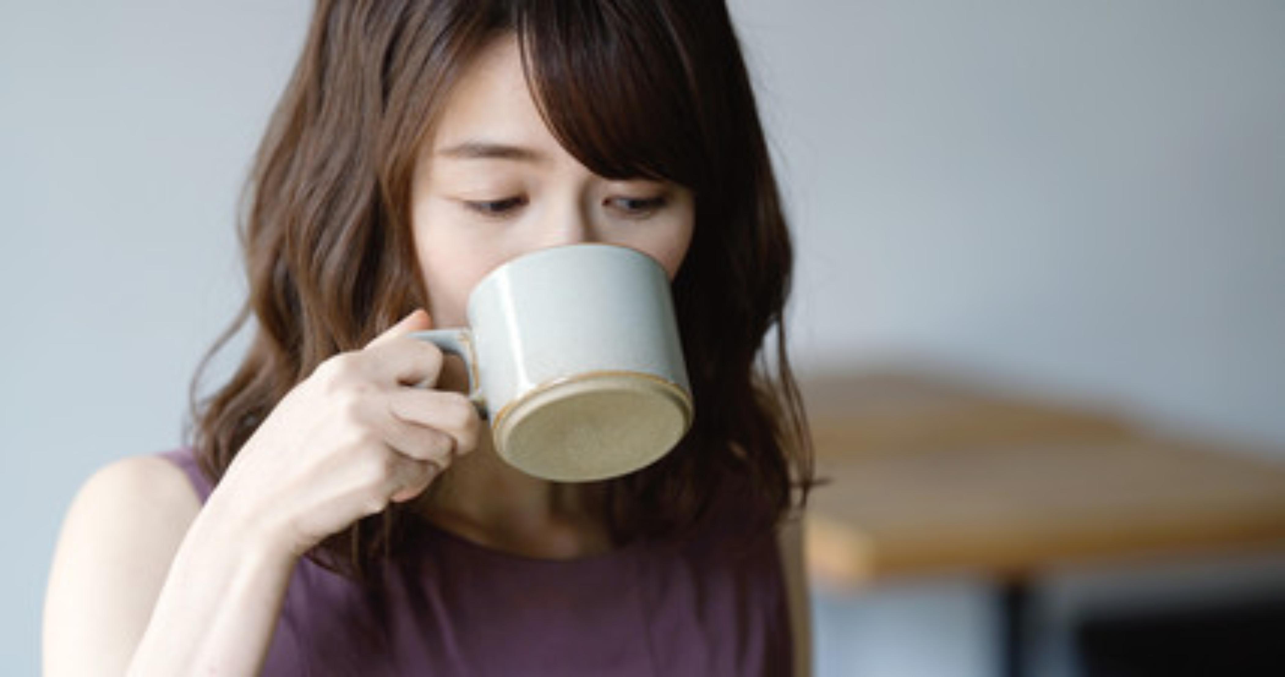 痩せ習慣に最適なシリカ入り水出しコーヒーを飲む女性